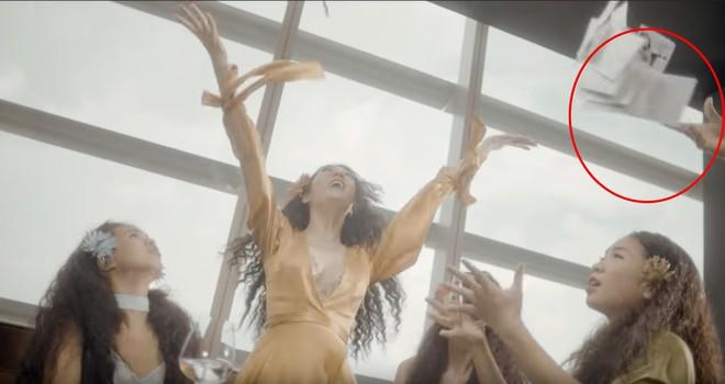 Tinh mắt như dân mạng: MV vừa ra mắt của Bảo Anh bị soi ra một hạt sạn vô lý - Ảnh 1.