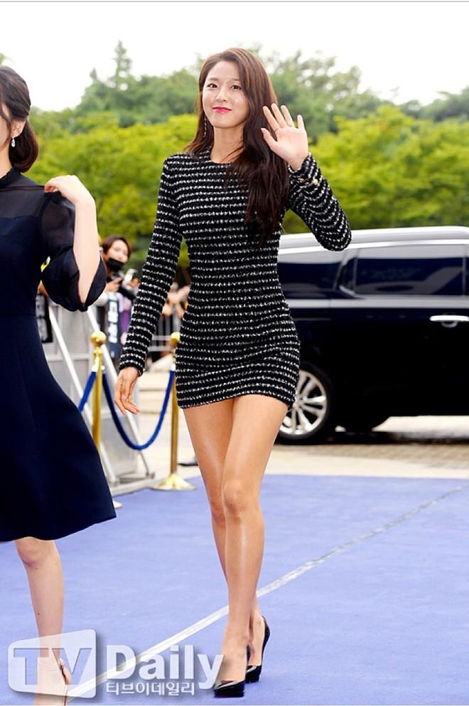 Nhìn thì đơn giản nhưng chỉ những nàng chân dài, dáng đẹp mới có thể diện được mẫu váy này - Ảnh 3.