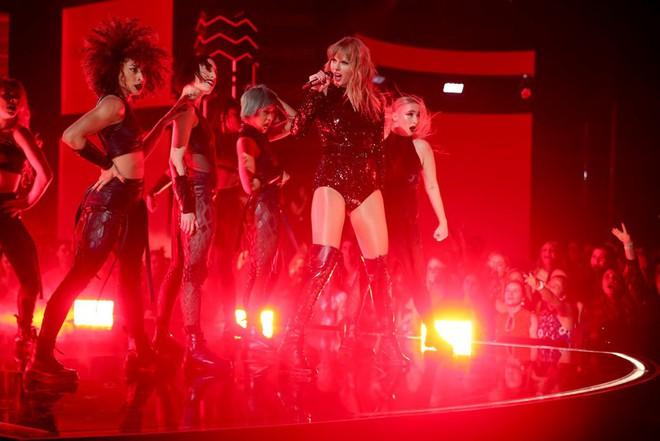 Billboard xếp hạng những màn trình diễn tại AMAs 2018: Taylor Swift chỉ giữ vị trí thứ 2, ai mới là người xuất sắc nhất? - Ảnh 24.