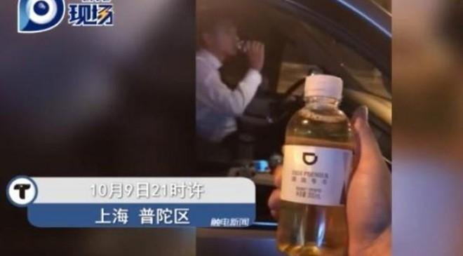Đi vệ sinh vào chai rồi lười đem vứt, tài xế taxi bị sa thải vì để khách uống nhầm chai nước tiểu của mình - Ảnh 2.