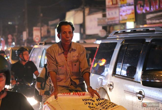 Hàng nghìn phương tiện chôn chân vì kẹt xe kinh hoàng sau cơn mưa chiều ở Sài Gòn, trẻ em ngủ trên xe máy - ảnh 7