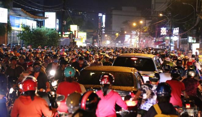 Hàng nghìn phương tiện chôn chân vì kẹt xe kinh hoàng sau cơn mưa chiều ở Sài Gòn, trẻ em ngủ trên xe máy - ảnh 10