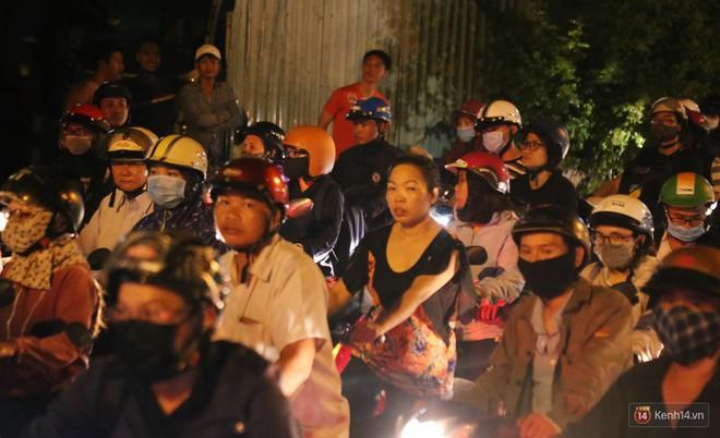 Hàng nghìn phương tiện chôn chân vì kẹt xe kinh hoàng sau cơn mưa chiều ở Sài Gòn, trẻ em ngủ trên xe máy - ảnh 5