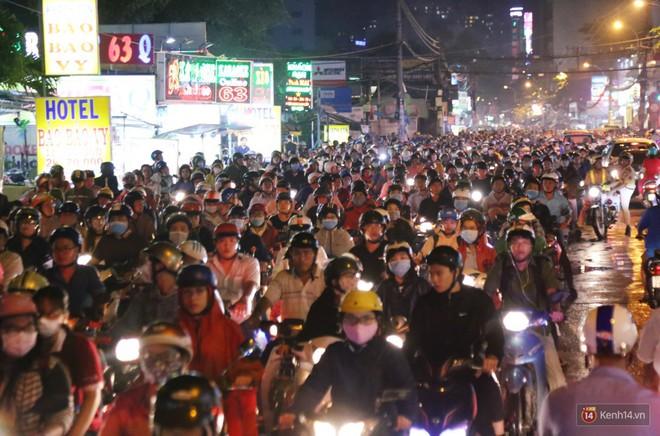 Hàng nghìn phương tiện chôn chân vì kẹt xe kinh hoàng sau cơn mưa chiều ở Sài Gòn, trẻ em ngủ trên xe máy - ảnh 2