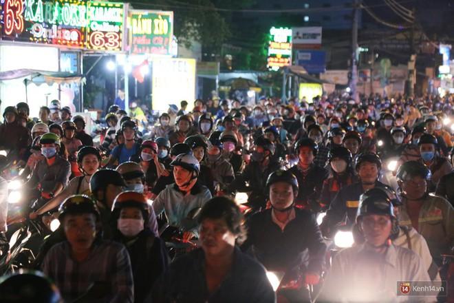 Hàng nghìn phương tiện chôn chân vì kẹt xe kinh hoàng sau cơn mưa chiều ở Sài Gòn, trẻ em ngủ trên xe máy - ảnh 4