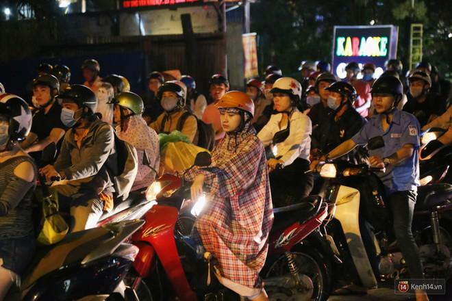 Hàng nghìn phương tiện chôn chân vì kẹt xe kinh hoàng sau cơn mưa chiều ở Sài Gòn, trẻ em ngủ trên xe máy - ảnh 18