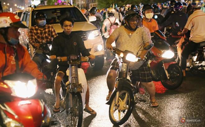 Hàng nghìn phương tiện chôn chân vì kẹt xe kinh hoàng sau cơn mưa chiều ở Sài Gòn, trẻ em ngủ trên xe máy - ảnh 12