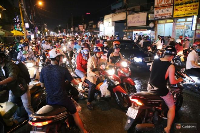 Hàng nghìn phương tiện chôn chân vì kẹt xe kinh hoàng sau cơn mưa chiều ở Sài Gòn, trẻ em ngủ trên xe máy - ảnh 11
