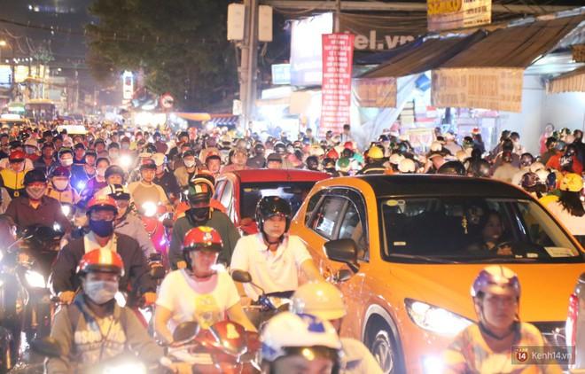 Hàng nghìn phương tiện chôn chân vì kẹt xe kinh hoàng sau cơn mưa chiều ở Sài Gòn, trẻ em ngủ trên xe máy - ảnh 9