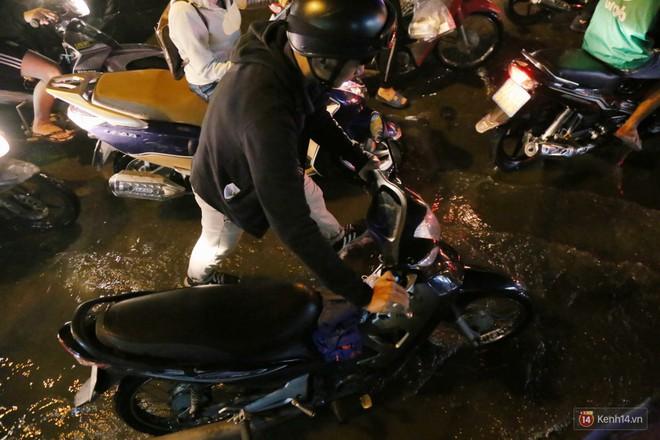 Hàng nghìn phương tiện chôn chân vì kẹt xe kinh hoàng sau cơn mưa chiều ở Sài Gòn, trẻ em ngủ trên xe máy - ảnh 16