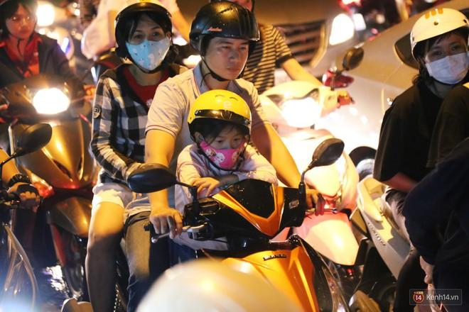 Hàng nghìn phương tiện chôn chân vì kẹt xe kinh hoàng sau cơn mưa chiều ở Sài Gòn, trẻ em ngủ trên xe máy - ảnh 21