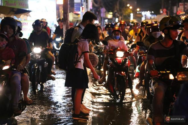 Hàng nghìn phương tiện chôn chân vì kẹt xe kinh hoàng sau cơn mưa chiều ở Sài Gòn, trẻ em ngủ trên xe máy - ảnh 15