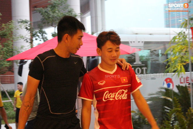 Hà Đức Chinh kêu trời vì đau bụng sau buổi tập đầu tiên cùng đội tuyển Việt Nam chuẩn bị cho AFF Cup 2018 - Ảnh 9.