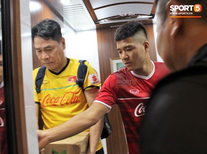 Hà Đức Chinh kêu trời vì đau bụng sau buổi tập đầu tiên cùng đội tuyển Việt Nam chuẩn bị cho AFF Cup 2018 - Ảnh 4.