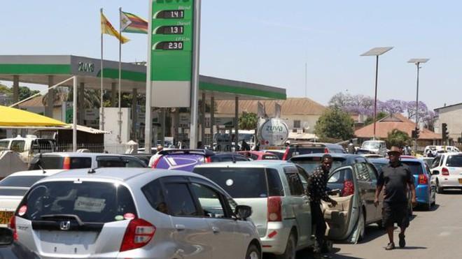 Zimbabwe: KFC và nhiều cửa hàng đồ ăn nhanh đóng cửa vì hết tiền mua thịt gà - ảnh 4
