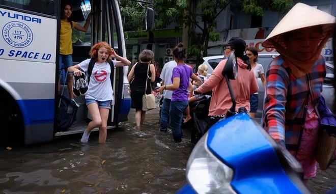 Biểu cảm bất ngờ của nữ du khách Tây khi bước xuống xe giữa Sài Gòn lại thấy... mênh mông biển nước - ảnh 1