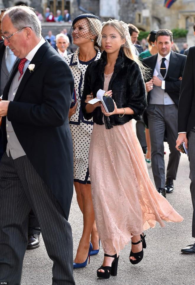 Đám cưới Công chúa Eugenie: Cara Delevingne chơi trội diện đồ nam, làm lu mờ cả Công nương Kate và Meghan - ảnh 7