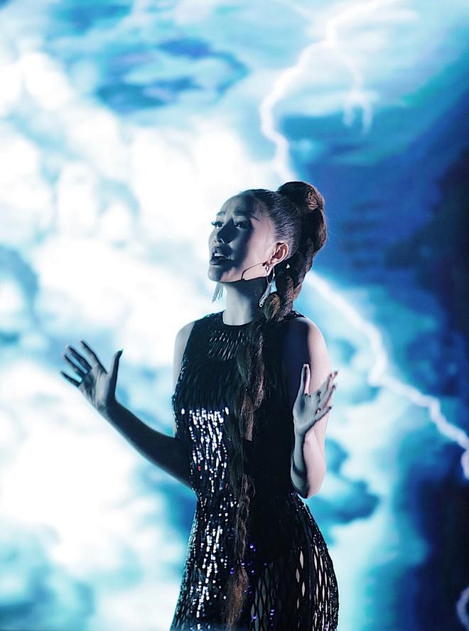 Tung teaser MV mới, Bảo Thy gây tò mò với tạo hình cô gái xinh đẹp bị nhốt trong bể kính đầy nước - ảnh 1