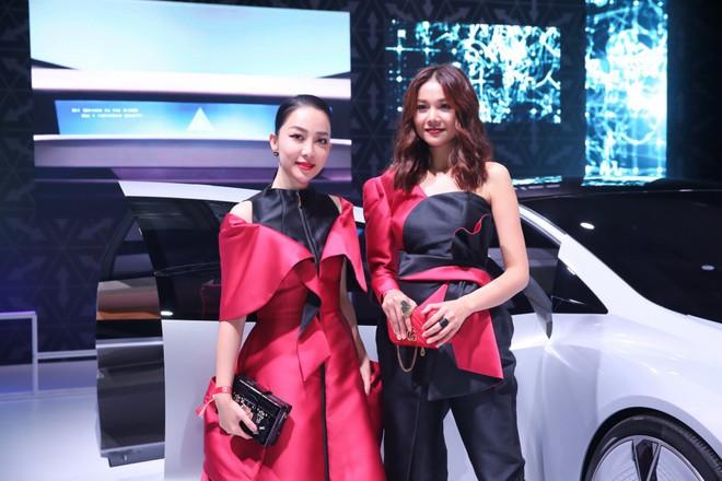 Thanh Hằng - Linh Nga diện đồ ton sur ton, xuất hiện kiêu kì tại sự kiện ở Singapore - Ảnh 6.