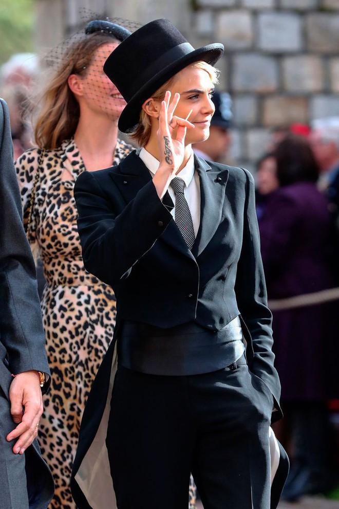 Đám cưới Công chúa Eugenie: Cara Delevingne chơi trội diện đồ nam, làm lu mờ cả Công nương Kate và Meghan - ảnh 2