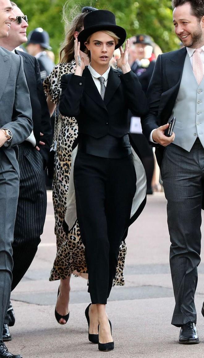 Đám cưới Công chúa Eugenie: Cara Delevingne chơi trội diện đồ nam, làm lu mờ cả Công nương Kate và Meghan - ảnh 1