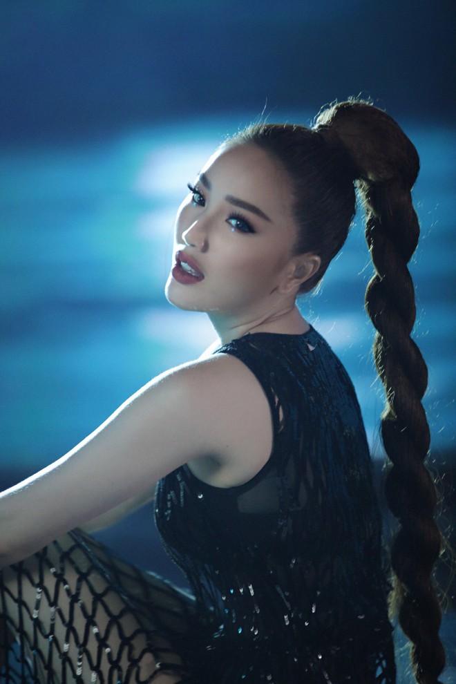 Tung teaser MV mới, Bảo Thy gây tò mò với tạo hình cô gái xinh đẹp bị nhốt trong bể kính đầy nước - ảnh 3