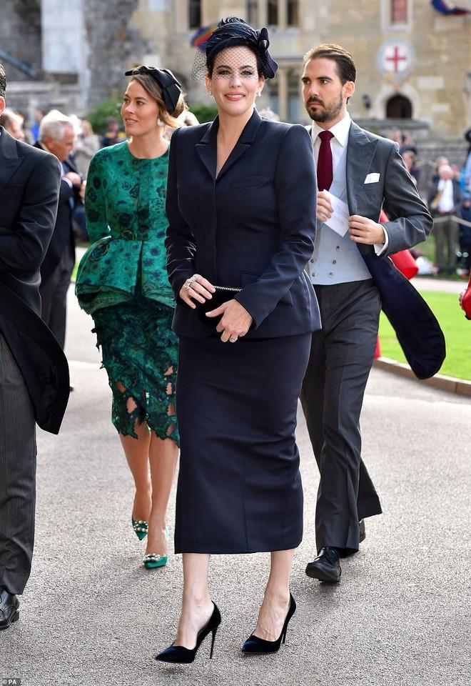 Đám cưới Công chúa Eugenie: Cara Delevingne chơi trội diện đồ nam, làm lu mờ cả Công nương Kate và Meghan - ảnh 10
