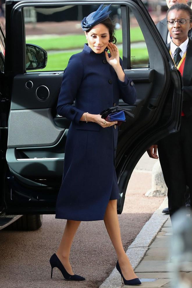 Đám cưới Công chúa Eugenie: Cara Delevingne chơi trội diện đồ nam, làm lu mờ cả Công nương Kate và Meghan - ảnh 4
