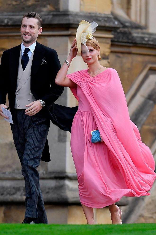 Đám cưới Công chúa Eugenie: Cara Delevingne chơi trội diện đồ nam, làm lu mờ cả Công nương Kate và Meghan - ảnh 15