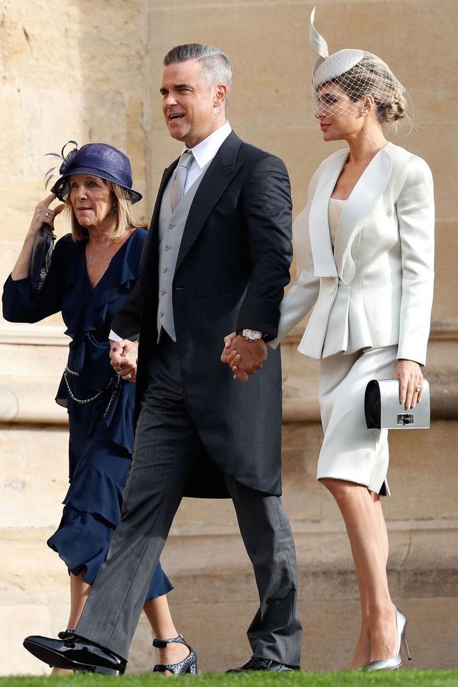 Đám cưới Công chúa Eugenie: Cara Delevingne chơi trội diện đồ nam, làm lu mờ cả Công nương Kate và Meghan - ảnh 13