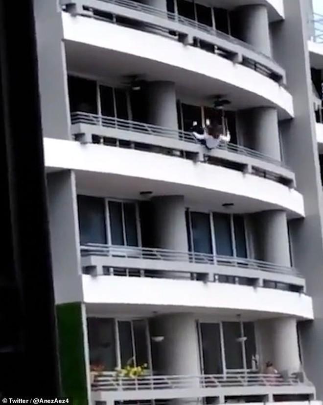 Sốc: Mải chụp ảnh tự sướng, người phụ nữ bị gió thổi trượt chân ngã từ tầng 27 xuống tử vong - ảnh 2