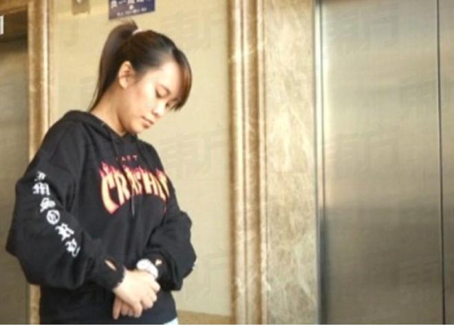 Cô gái 28 tuổi phải phẫu thuật cánh tay trái vì thói quen mà hầu hết dân văn phòng đều mắc khi ngủ trưa - ảnh 1