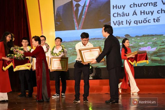 Bộ Giáo dục và Đào tạo tuyên dương 33 học sinh THPT đoạt giải Olympic và cuộc thi Khoa học, Kỹ thuật quốc tế - Ảnh 9.