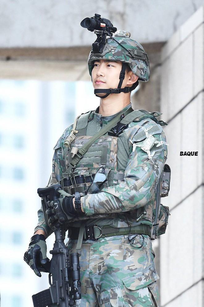 Hậu Duệ Mặt Trời bản đời thực nhất định là Taecyeon (2PM), mặc đồng phục vẫn đẹp khó mà chê - ảnh 4