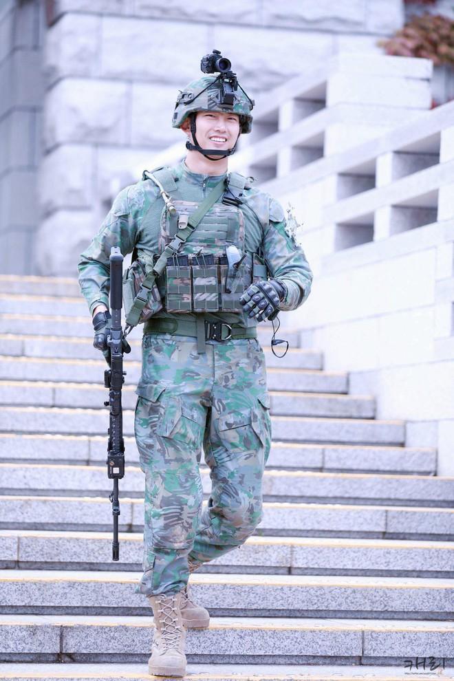 Hậu Duệ Mặt Trời bản đời thực nhất định là Taecyeon (2PM), mặc đồng phục vẫn đẹp khó mà chê - ảnh 2