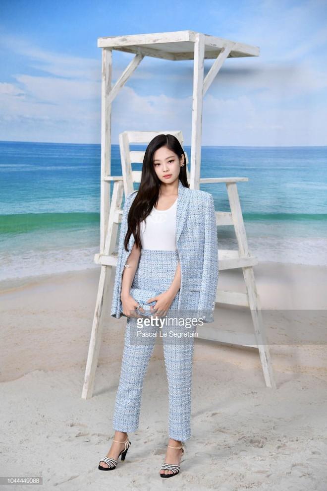 Jennie (Black Pink) mặc như cô công sở nhưng vẫn khí chất, lấn át người yêu tin đồn của G-Dragon tại show Chanel - ảnh 1