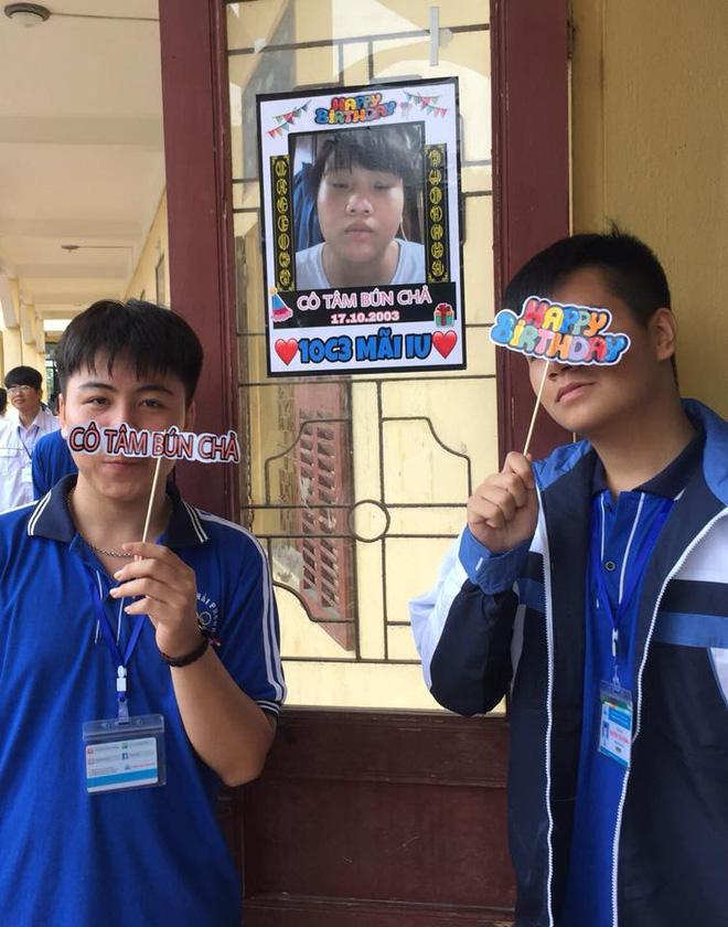 Bạn thân kiểu mới: In ảnh dìm hàng thành poster dán hết cửa lớp để... chúc mừng sinh nhật - Ảnh 1.
