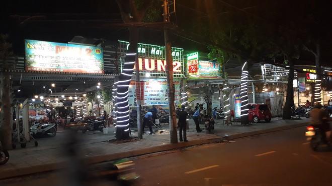 Mâu thuẫn trong lúc lấy xe, nam thực khách bị bảo vệ đâm gục tại quán ăn ở Sài Gòn - Ảnh 1.