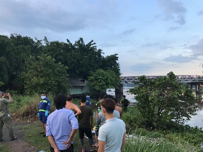 Thi thể nam thanh niên trôi trên sông Sài Gòn, cầu sắt Phú Long kẹt cứng do người dân đứng xem - ảnh 1