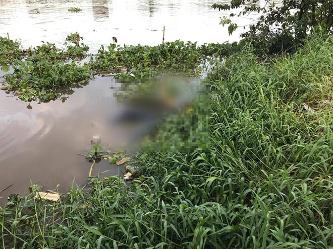 Thi thể nam thanh niên trôi trên sông Sài Gòn, cầu sắt Phú Long kẹt cứng do người dân đứng xem - ảnh 3