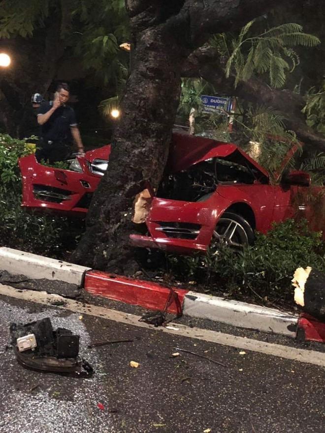 Hà Nội: Xe Mercedes mất lái đâm gãy cây khủng trên đường Thanh Niên - ảnh 1