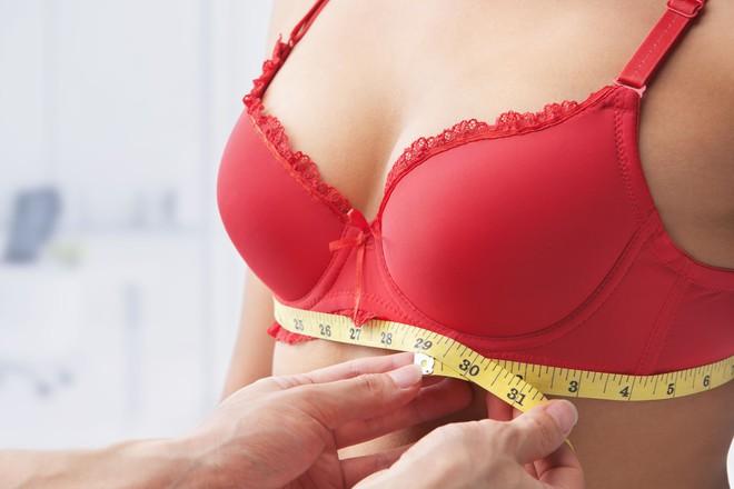 Mặc áo ngực mà mắc phải 4 sai lầm này chỉ khiến vòng ngực con gái ngày càng chảy xệ - ảnh 1