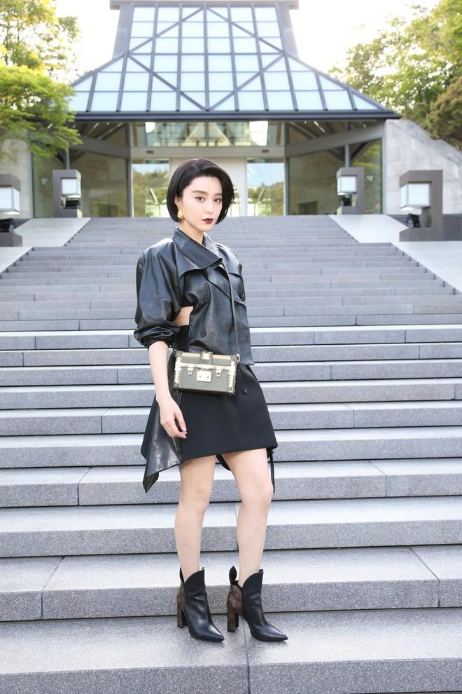 Show Louis Vuitton thiếu vắng Phạm Băng Băng, Thư Kỳ thành mỹ nhân Cbiz khiến dân tình trầm trồ vì style lạ - ảnh 3