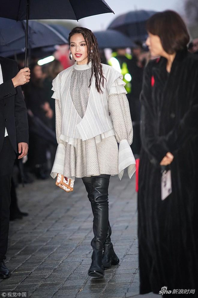 Show Louis Vuitton thiếu vắng Phạm Băng Băng, Thư Kỳ thành mỹ nhân Cbiz khiến dân tình trầm trồ vì style lạ - ảnh 9