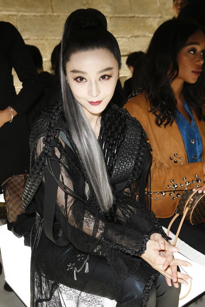 Show Louis Vuitton thiếu vắng Phạm Băng Băng, Thư Kỳ thành mỹ nhân Cbiz khiến dân tình trầm trồ vì style lạ - ảnh 1