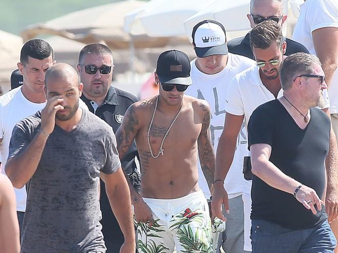 Vệ sĩ của Neymar bị đấm gục khi thi đấu tại giải võ lớn nhất thế giới - Ảnh 3.