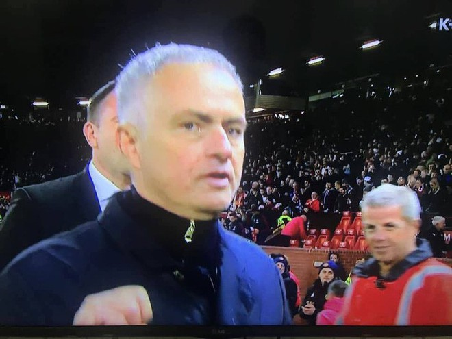 Nhà đài hết hồn khi Mourinho phũ phàng hất nước vào máy quay truyền hình - Ảnh 5.