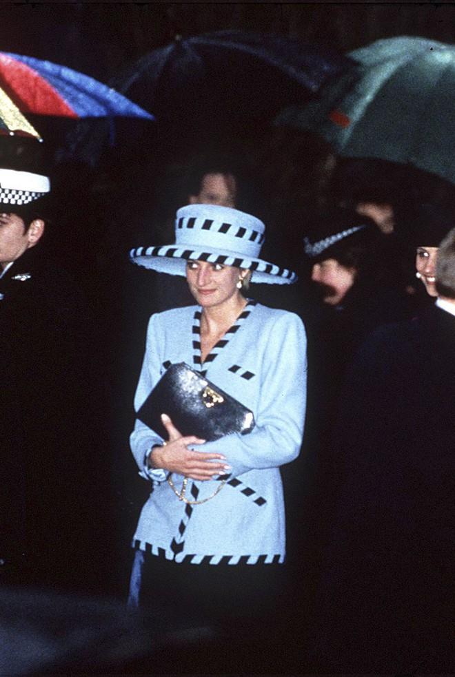 Đi đám cưới mà diện nào jumpsuit, nào menswear, Công nương Diana chính là khách mời Hoàng gia có style chất nhất - ảnh 12
