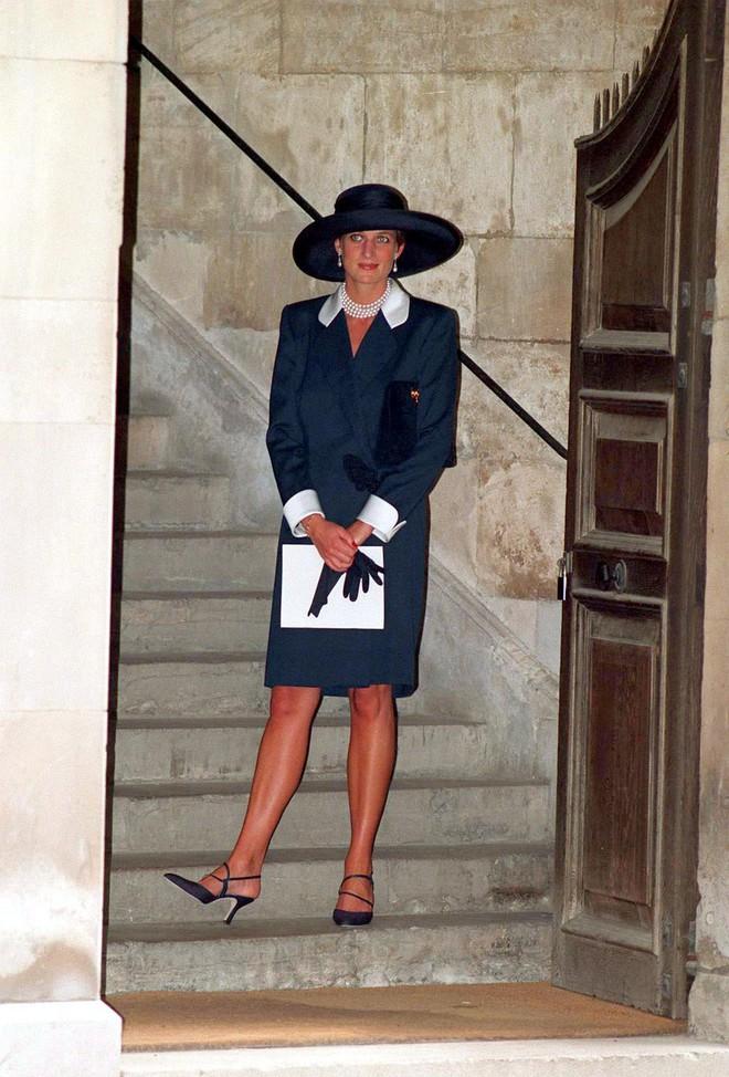 Đi đám cưới mà diện nào jumpsuit, nào menswear, Công nương Diana chính là khách mời Hoàng gia có style chất nhất - ảnh 14