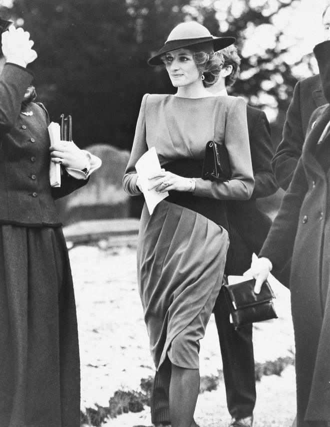 Đi đám cưới mà diện nào jumpsuit, nào menswear, Công nương Diana chính là khách mời Hoàng gia có style chất nhất - ảnh 4